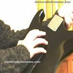 rascandole la espalda a la guitarra